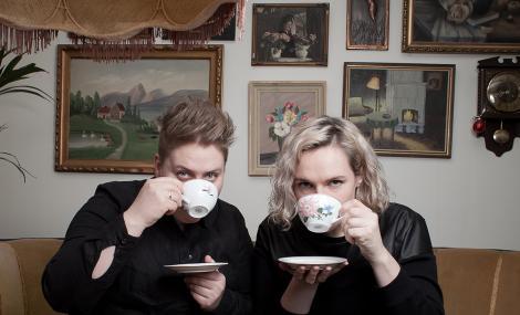 Ungkunstduoen Kristine Myhre Tunheim og Rakel Nystabakk presenterer sitt ungkunstprosjekt under Festspillene i Nord-Norge 2017. Foto: Stina Grønbech.