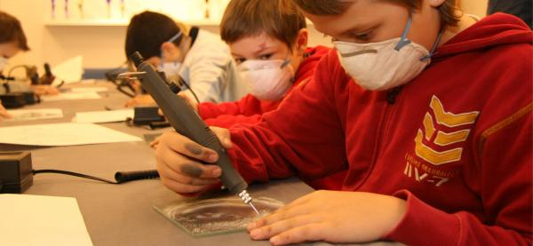 Nordnorsk Kunstnersenter gir barn en innføring i glassgravering under Festspillene i Nord-Norge