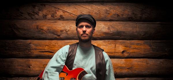 Johan Airjioki spiller på Karma under Festspillene i Nord-Norge 2017. Foto: Anthony Tias