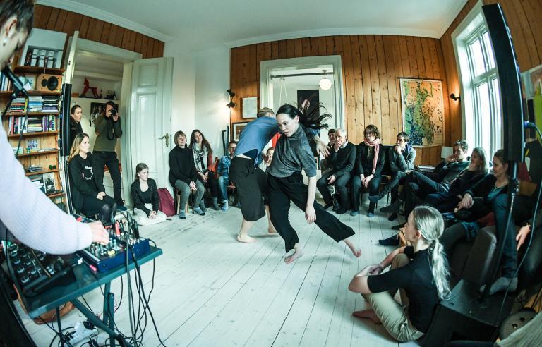 Det vi ikke ser av Panta Rei Danseteater presenteres i et privat hjem under Festspillene i Nord-Norge 2019. Foto: Lars Opstad