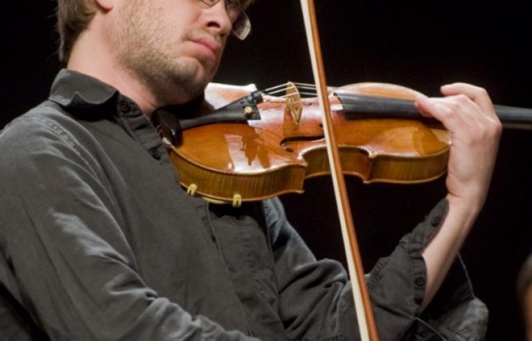 Gregory Ahss spiller på Galleri Nord-Norge under Festspillene i Nord-Norge 2017.