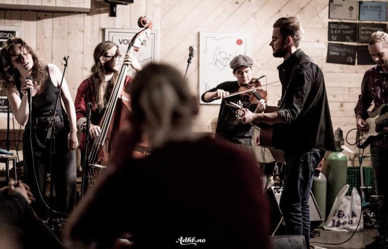 Rustholk spiller på Karma under Festspillene i Nord-Norge 2017. Foto: Helge Brekke